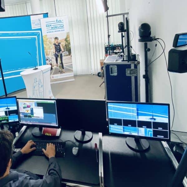 Raum firmenintern mit Veranstaltungstechnik für Online Event ausgerüstet