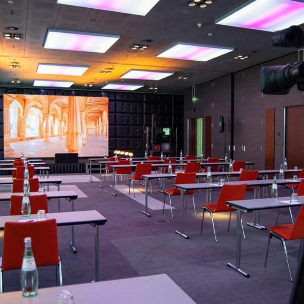Besondere Lichttechnik inklusive LED Leinwand und Bühne im ganzen Konferenzraum sichtbar.