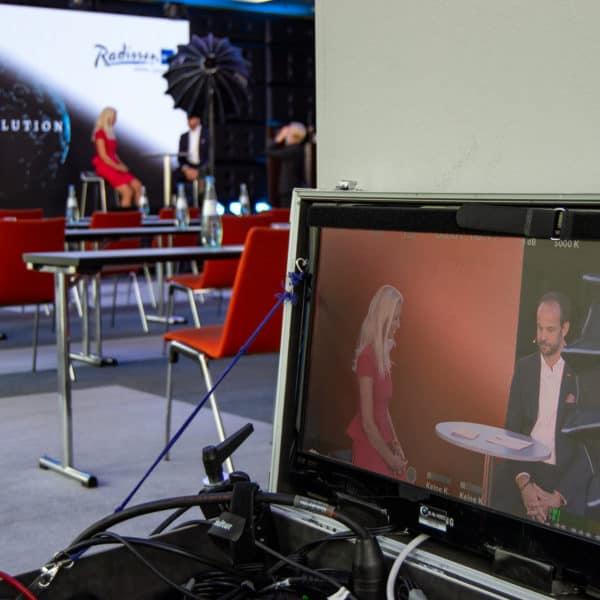 Veranstaltungstechnik mit Prompter, Bühne und LED Leinwand im Radisson Blu Hotel, Köln