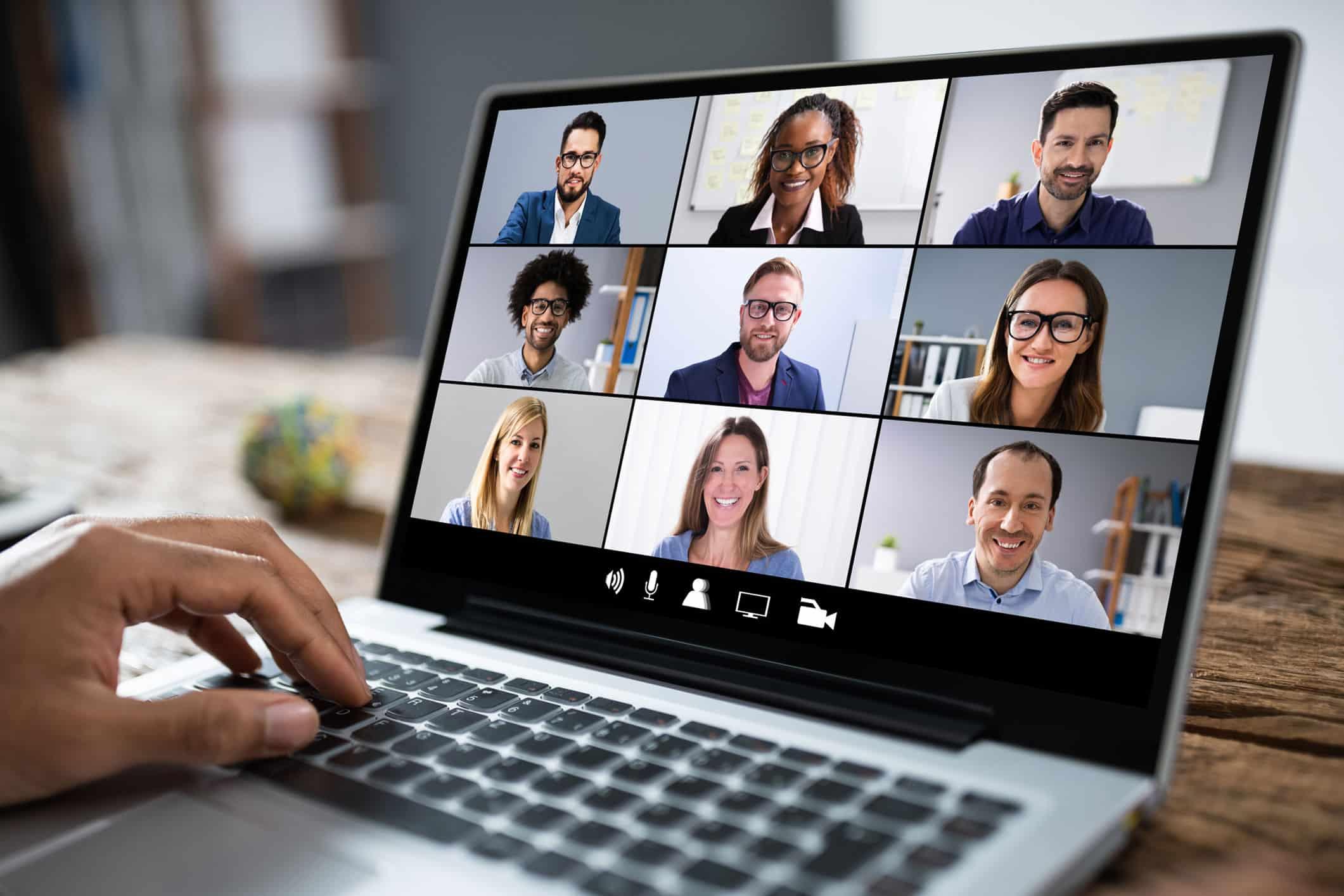 Videokonferenz am Laptop zum Thema Business Events online und hybrid, One to many