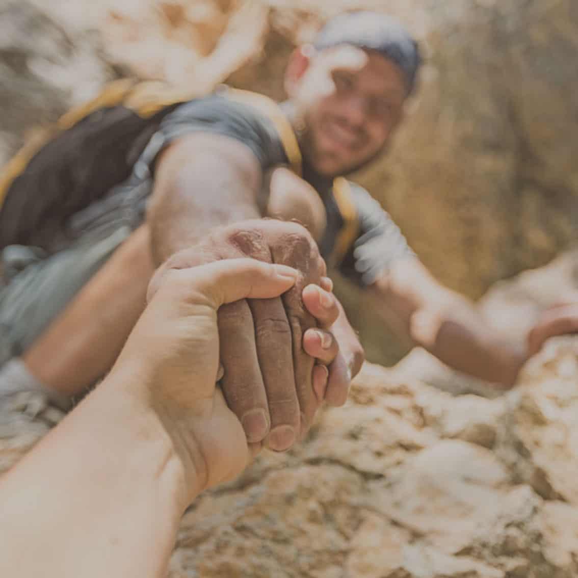 Spaß beim Incentive Klettern, Kollegen helfen sich