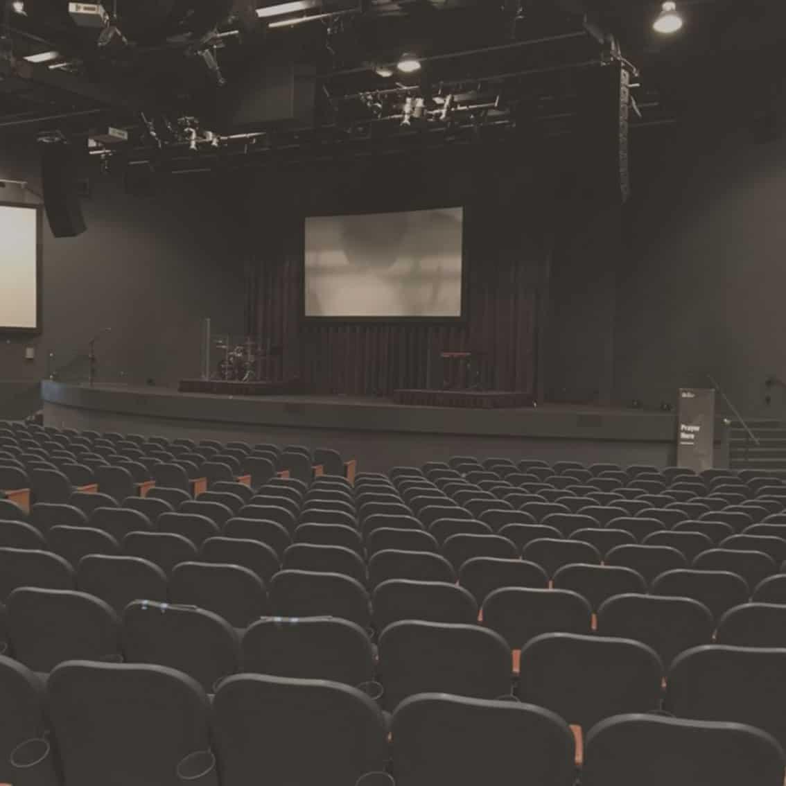 Kongressraum mit Bühne für eine Jahresauftaktveranstaltung oder ein Kick Off Ärzte Kongresse Mediziner Kongresse oder Gala Dinner