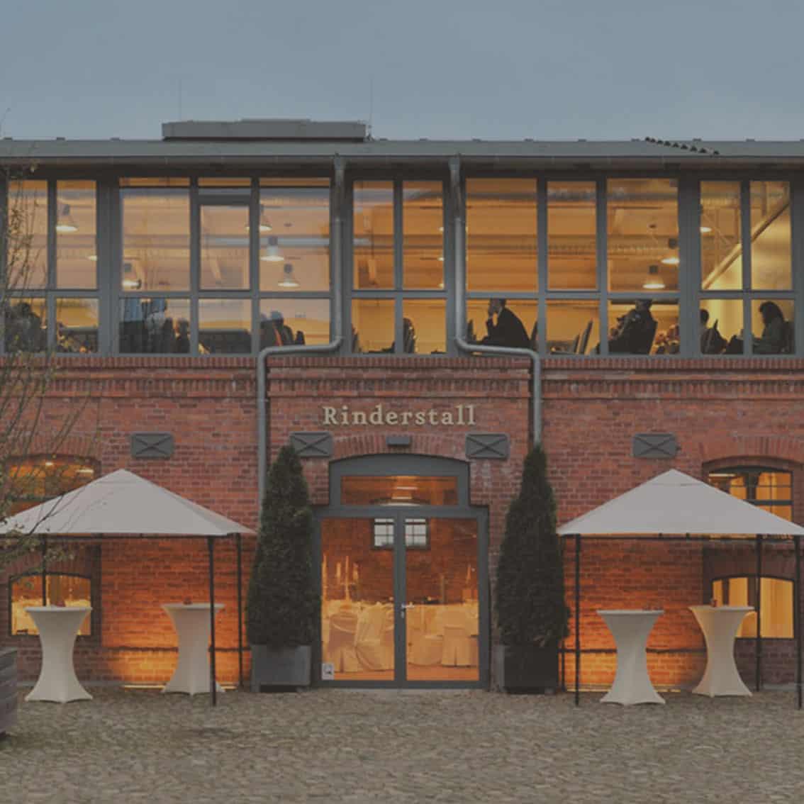moderne Event Location mit Außenbereich für Veranstaltungen