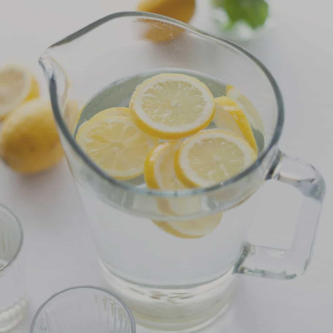Wasser mit Zitronenscheiben im Hotelrestaurant