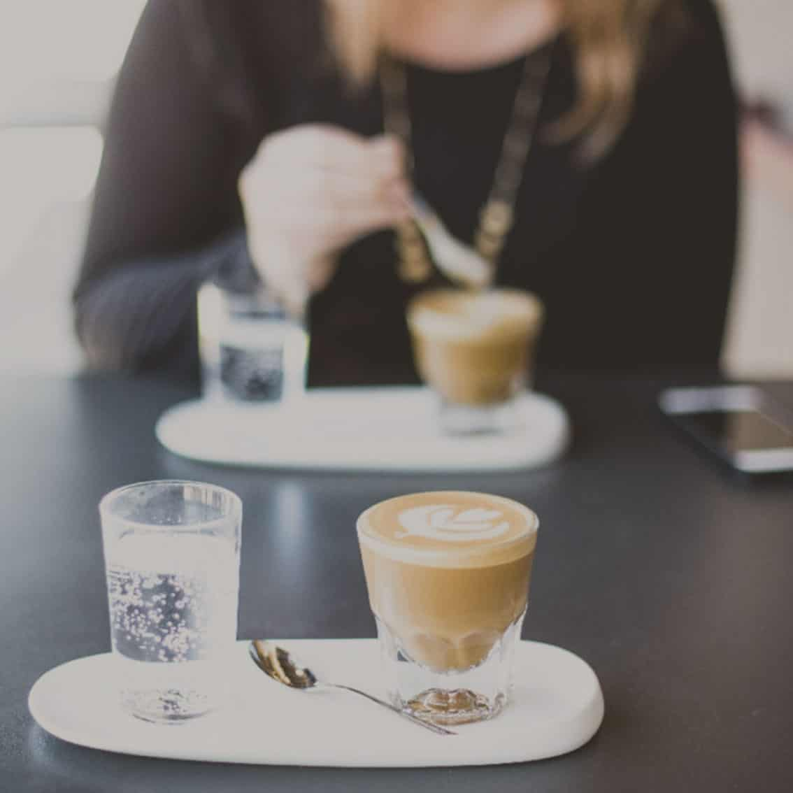 Café Pause nach Veranstaltungen für zwei Personen, die am Tisch sitzen