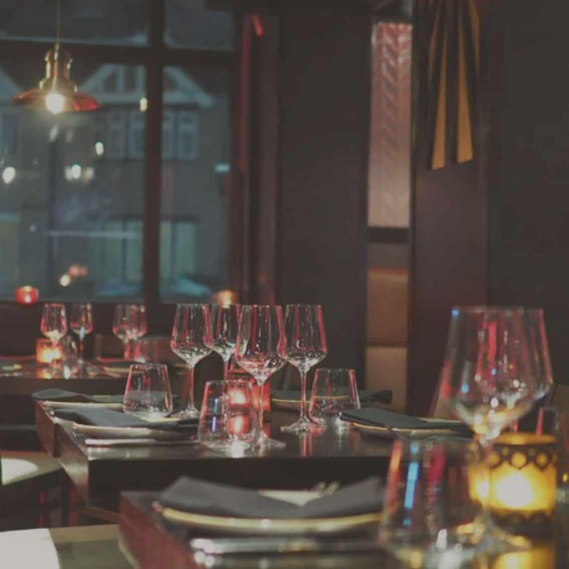 Gedeckte Restauranttische für vor oder nach Veranstaltungen